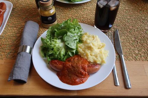 Krakauer mit Currysoße, Kartoffelstampf und Eichblattsalat (mein Teller)