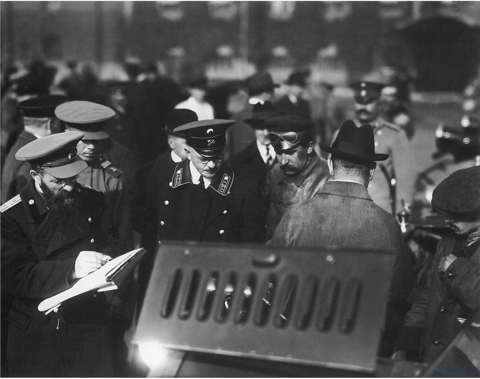 1914. Осмотр приёмной комиссией частных автомобилей