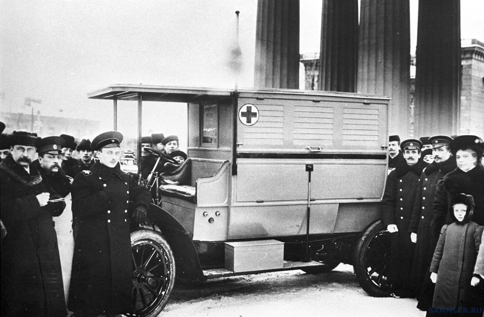 1913. Первый автомобиль скорой помощи Российского общества Красного Креста у Казанского собора