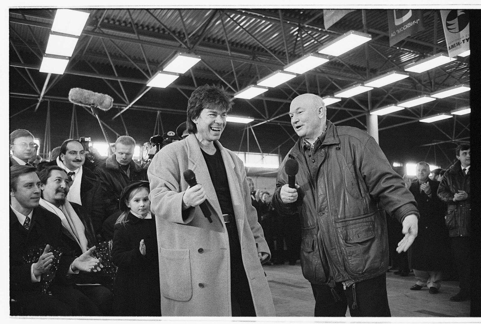1998. Юрий Лужков на аукционе завода «Москвич»