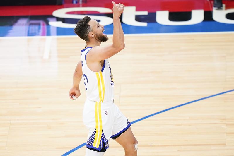 Stephen Curry投進三分球後慶祝。(達志影像)