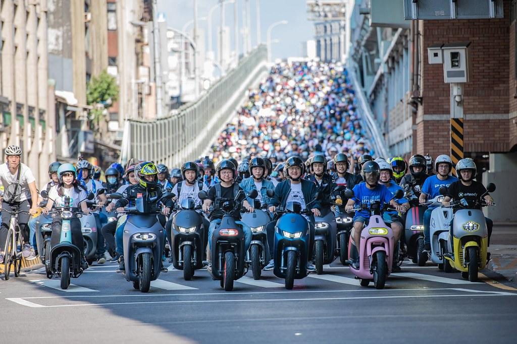 電動機車快閃台北橋活動。圖片來源:台灣智慧移動產業協會(SMAT)提供