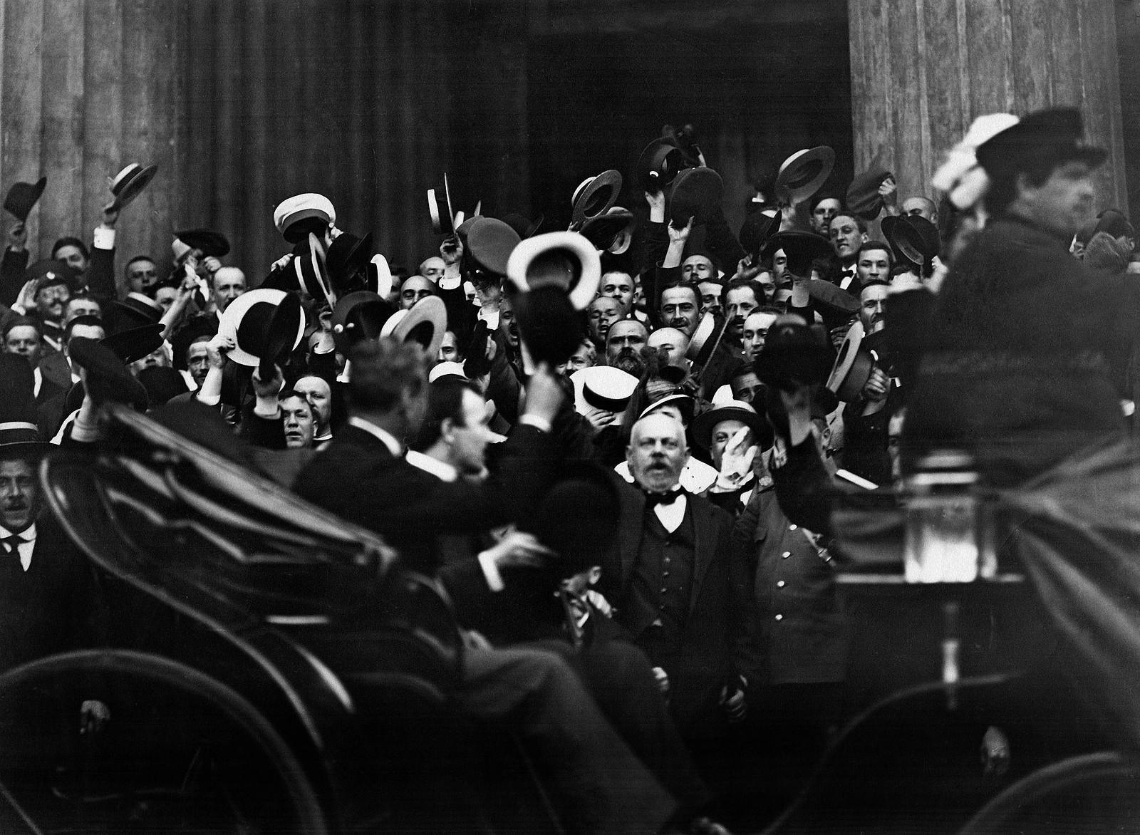 1914. Толпа монархистов приветствует сидящего в экипаже сербского посланника М.Спалайковича по случаю объявления войны Германии