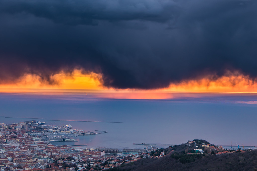 """Suspended Snow at the Sunset, Except for a """"Rainy Circle"""" on the Stretch of Sea Overlooking Trieste Waterfront, Where the Most Consistent Snowy Virga Meet Mild and Humid Air, Which, by Limiting Sublimation, Managed to Touch the Ground in Light Rain Form"""