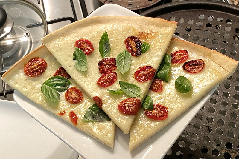 Margherita pizza - serving