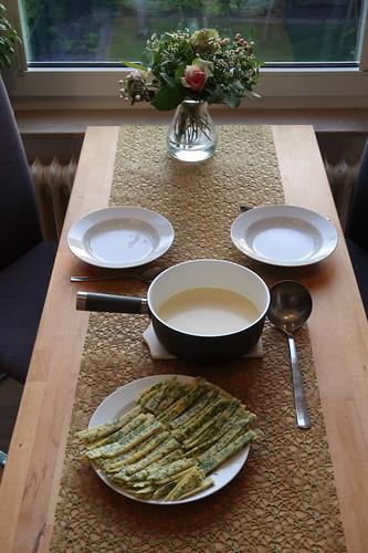 Spargelcremesuppe mit Schnittlauchpfannkuchenstreifen (Tischbild)