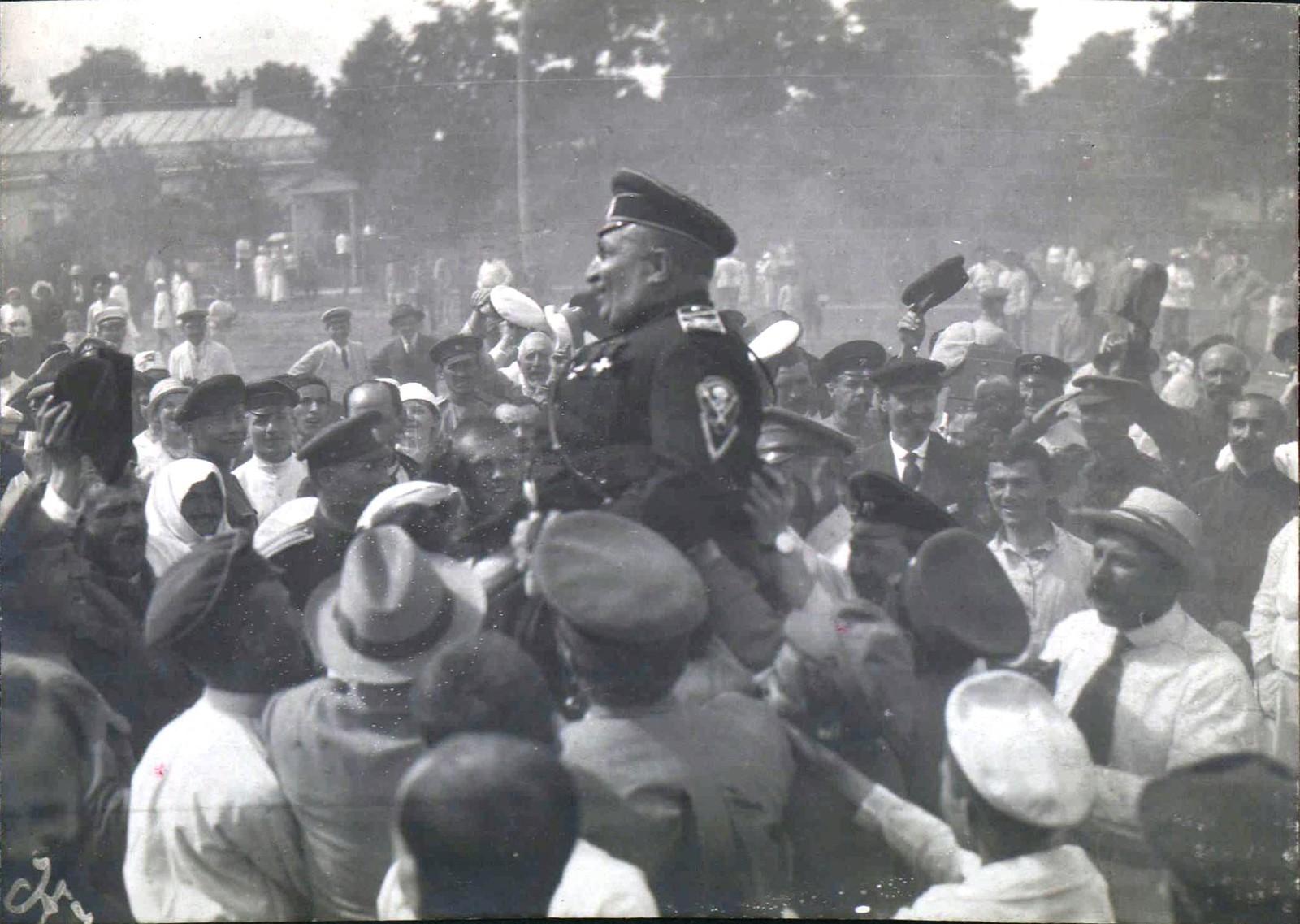 253. Жители Полтавы приветствуют генерала Владимира Зеноновича Май-Маевского сразу же после освобождения города, июль