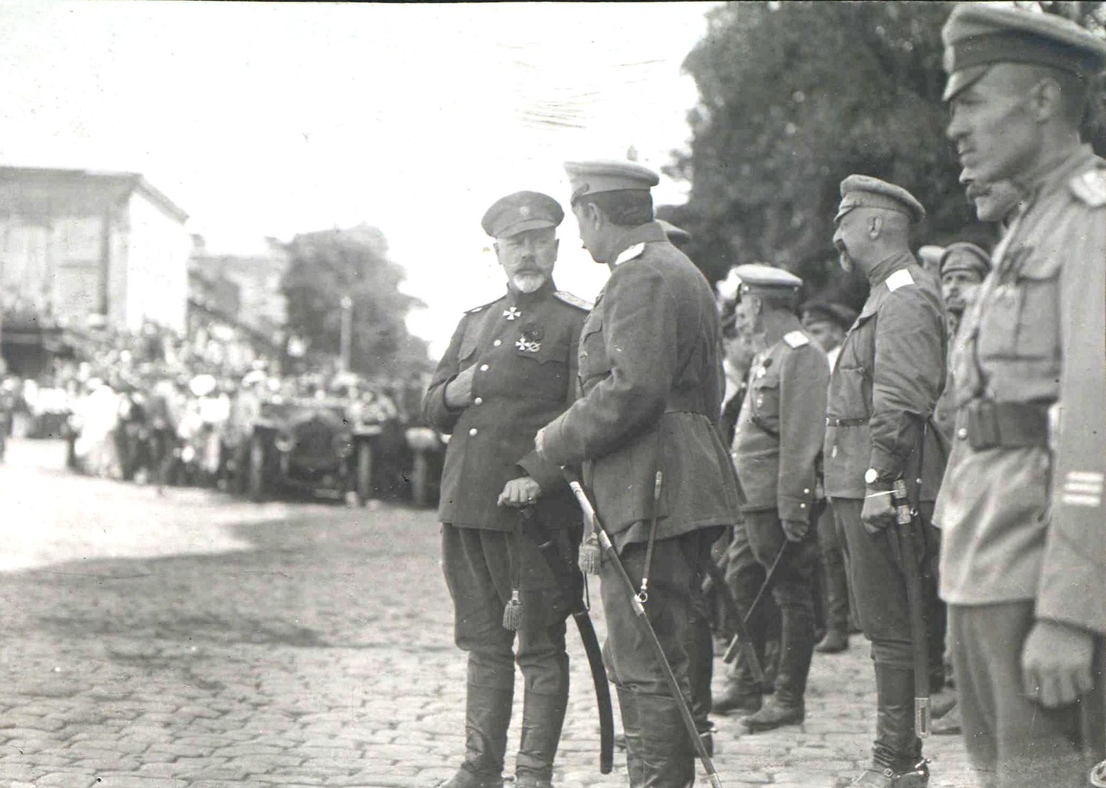 239. 1919. Генерал А.И.Деникин среди офицеров. Ростов