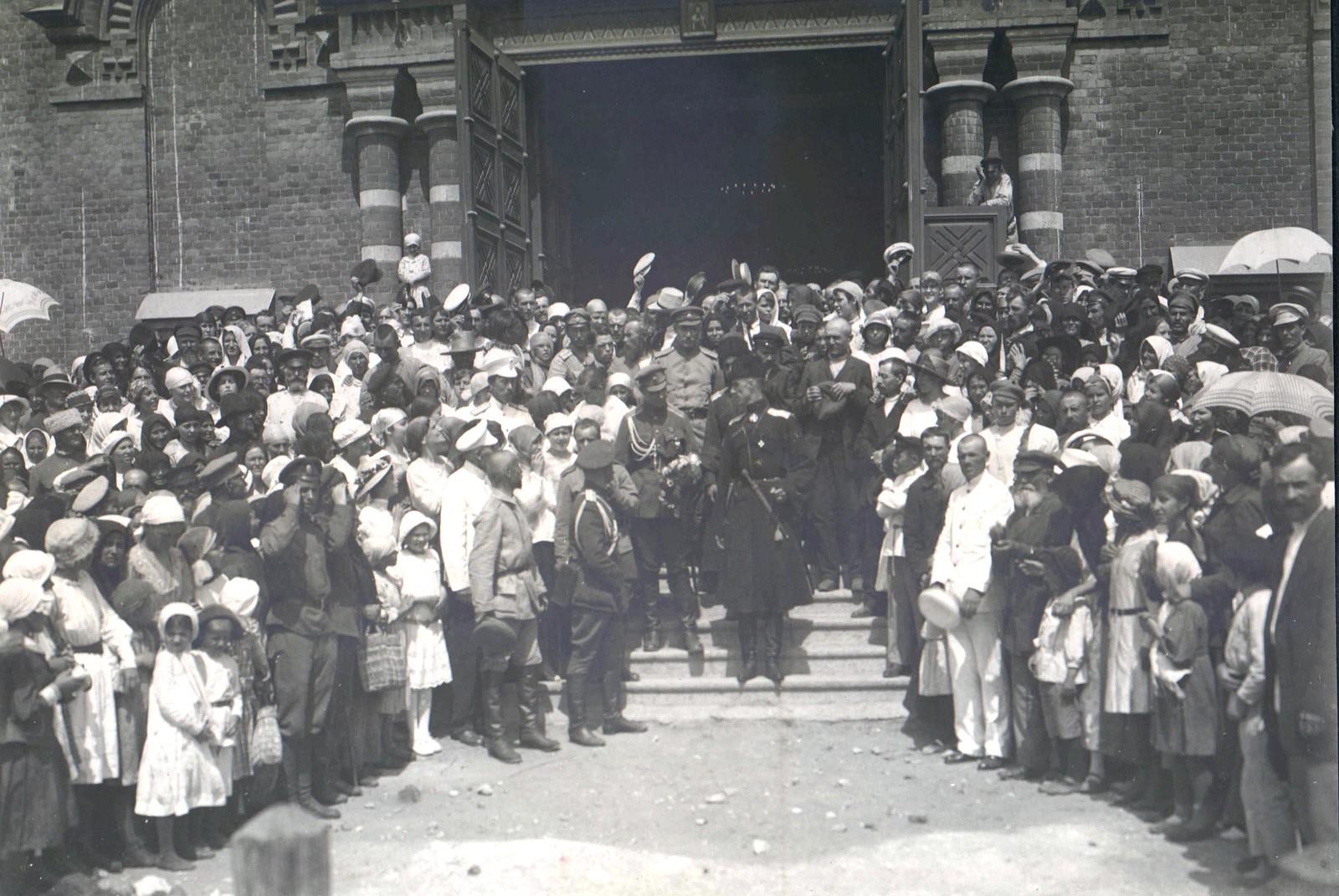 243. Генерал П.Н. Врангель выходит после богослужения из Александро-Невского собора. Царицын, 15 октября