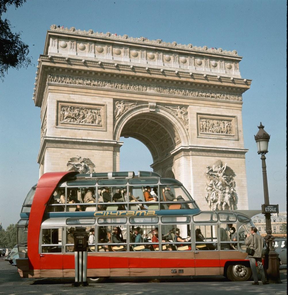 08. Туристический автобус возле Триумфальной арки