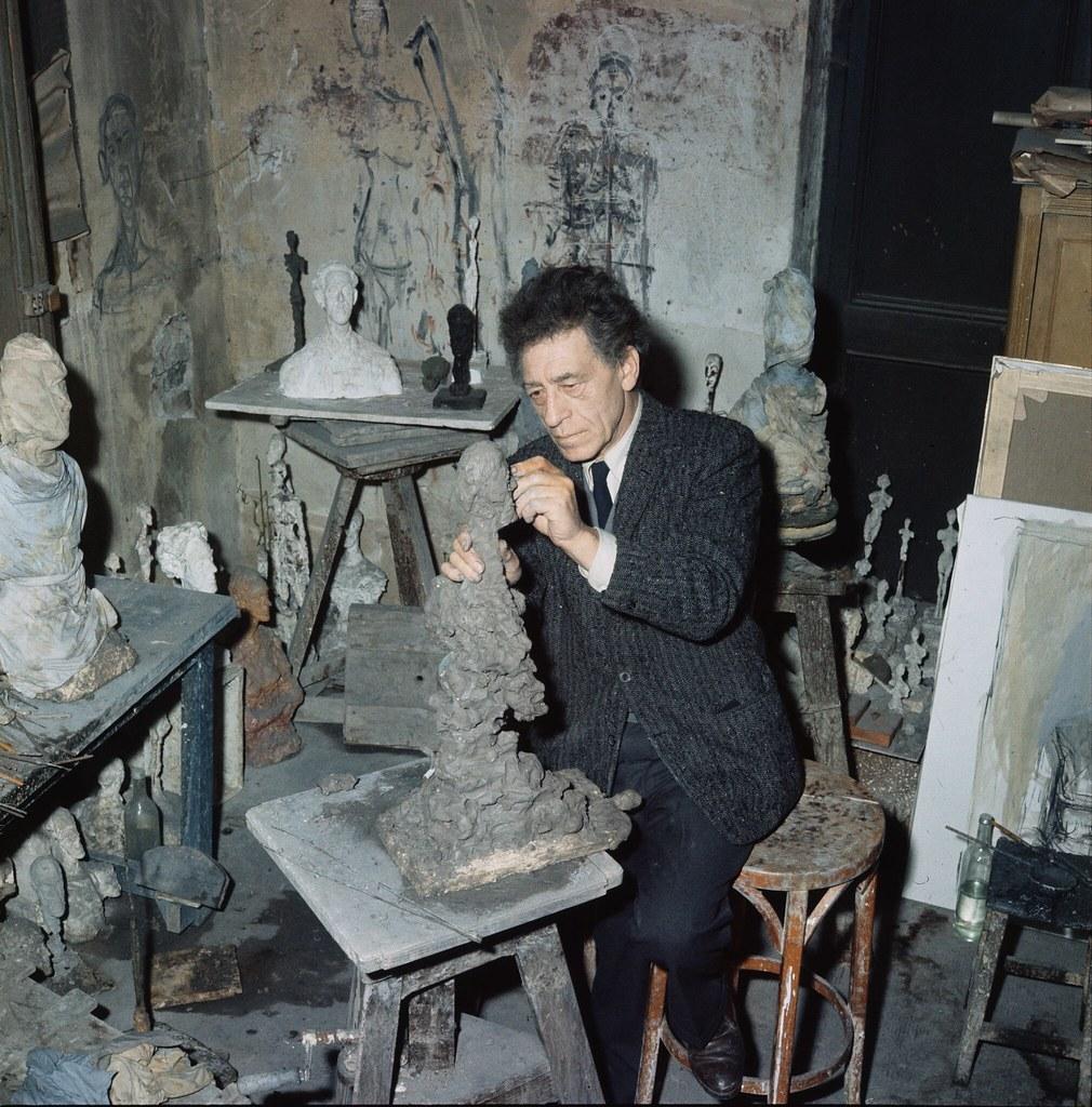 19. Альберто Джакометти за работой над скульптурой в своей студии