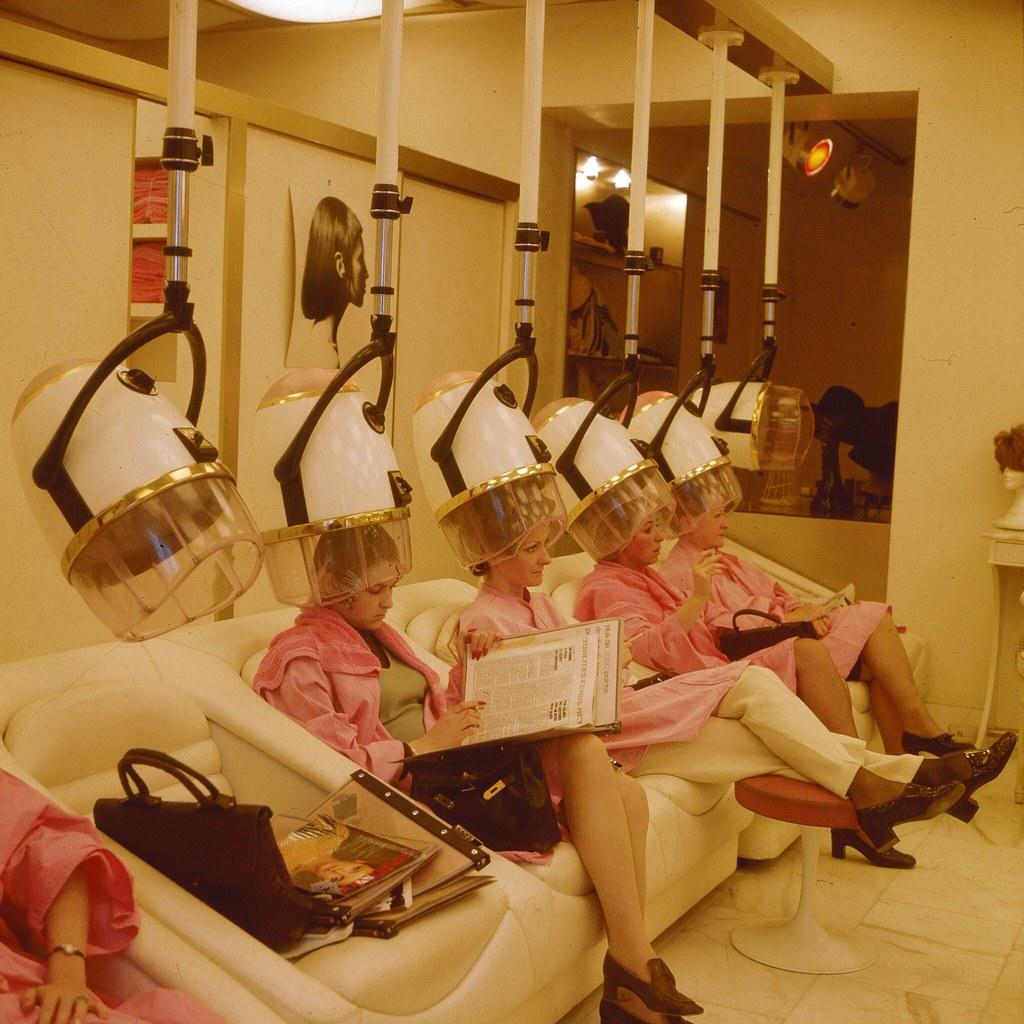 26. Женщины сидят под феном в парижском салоне красоты
