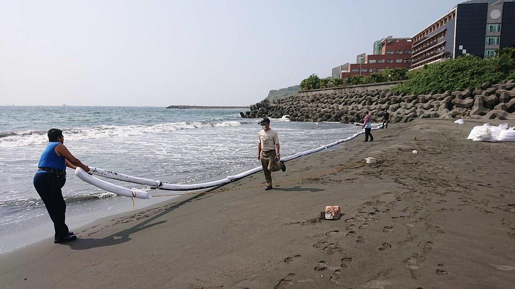 沙灘佈設吸油索。