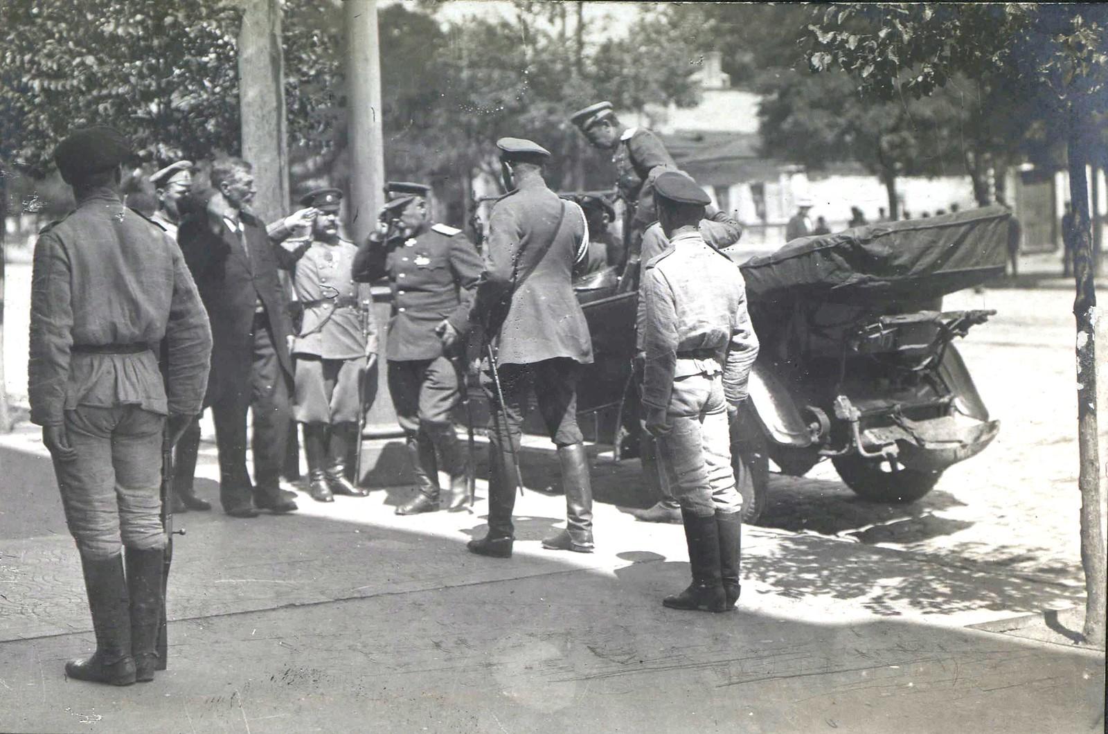 240. 1919. Генерал А.И.Деникин среди офицеров. Ростов