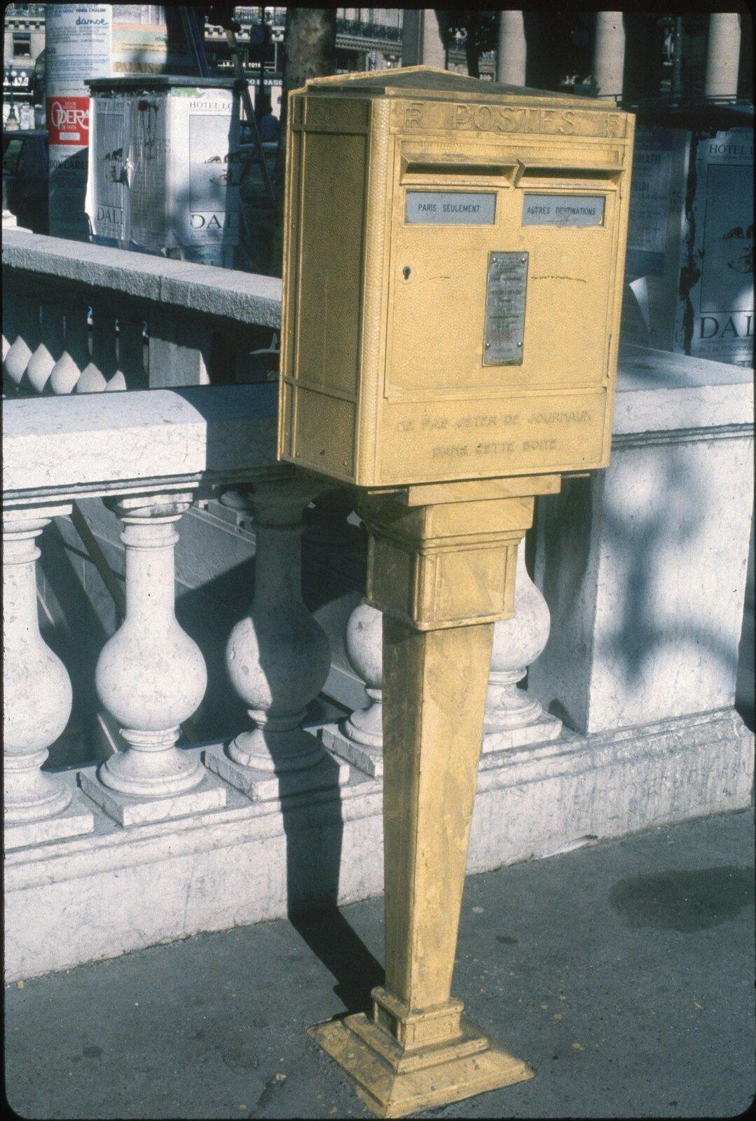 28. Почтовый ящик на улице в Париже