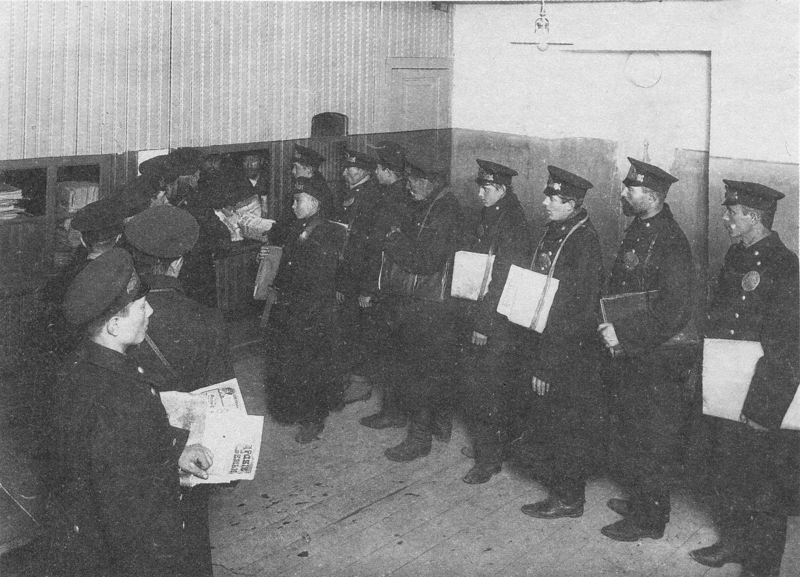 1912. Разносчики в очереди зановыми номерами газеты Биржевые ведомости на Галерной, 40