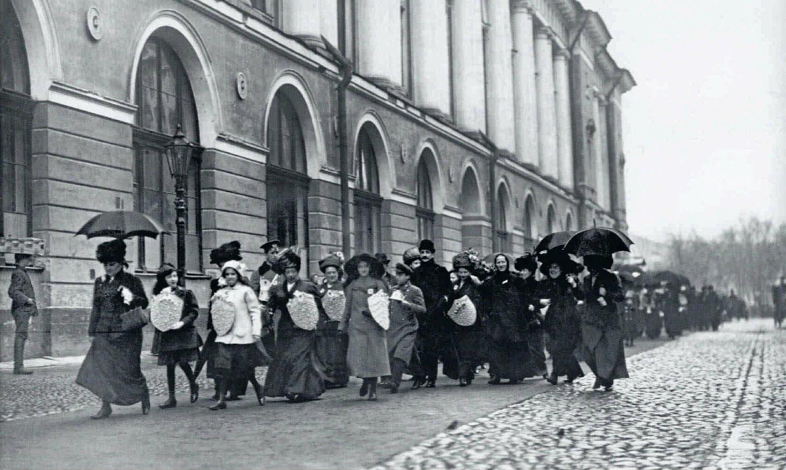 1911. Начало Дня Белой ромашки. Шествие сборщиц по Театральной улице