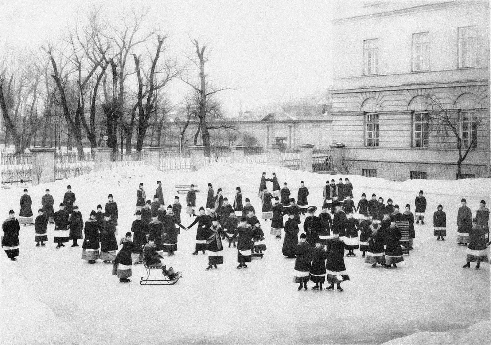 1890-е. Воспитанницы Смольного института благородных девиц на катке