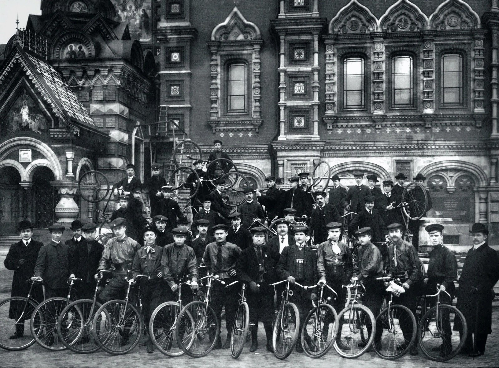 1906. Велосипедисты общества «Маяк» у храма Воскресения Христова.