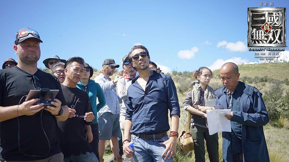 《真·三國無雙》劇照;導演周顯揚、武術指導林迪安(左黑衣)。(台北双喜電影提供)