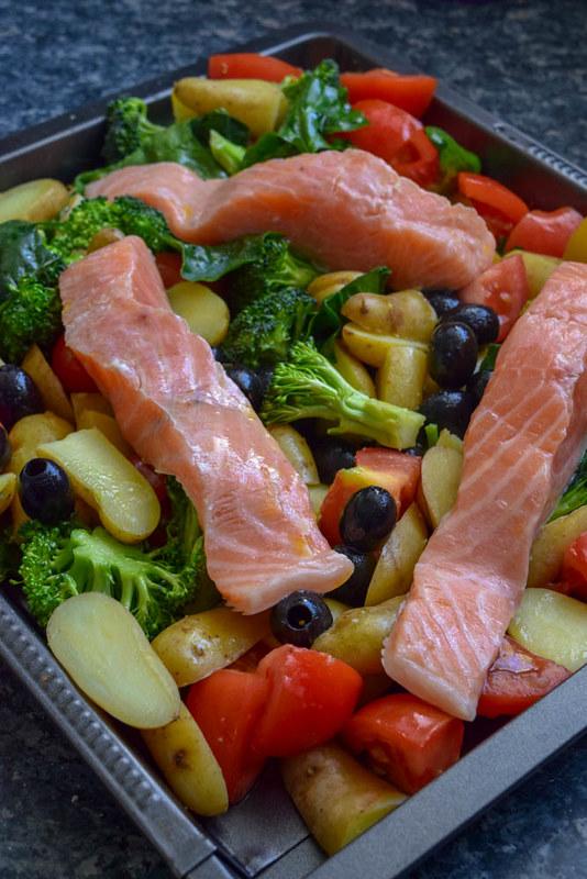 Traybake de Saumon rôti et légumes de saison (Cuisson pratique tout-en-un)