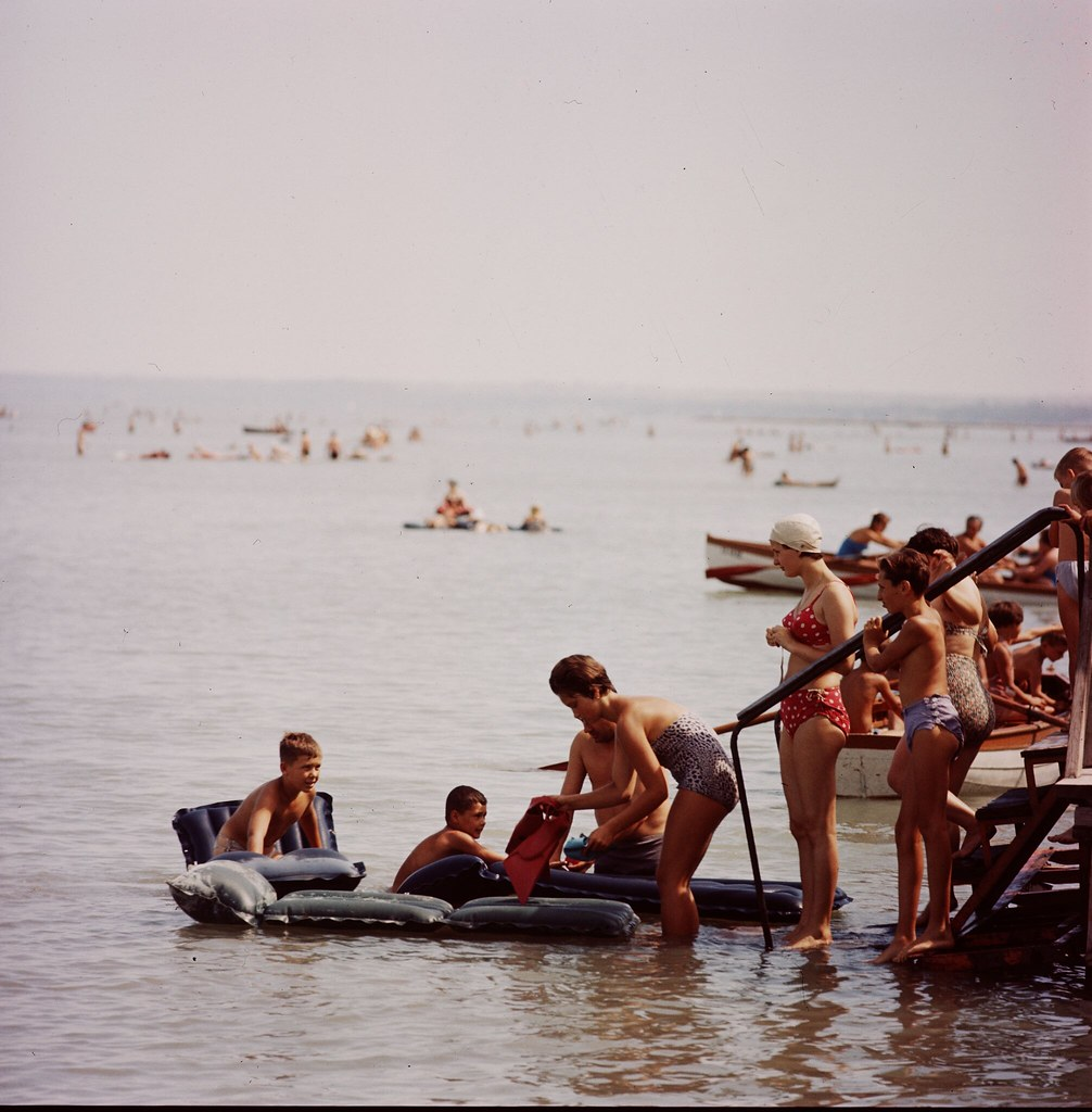 24. Купальщицы наслаждаются летним днем на озере Балатон