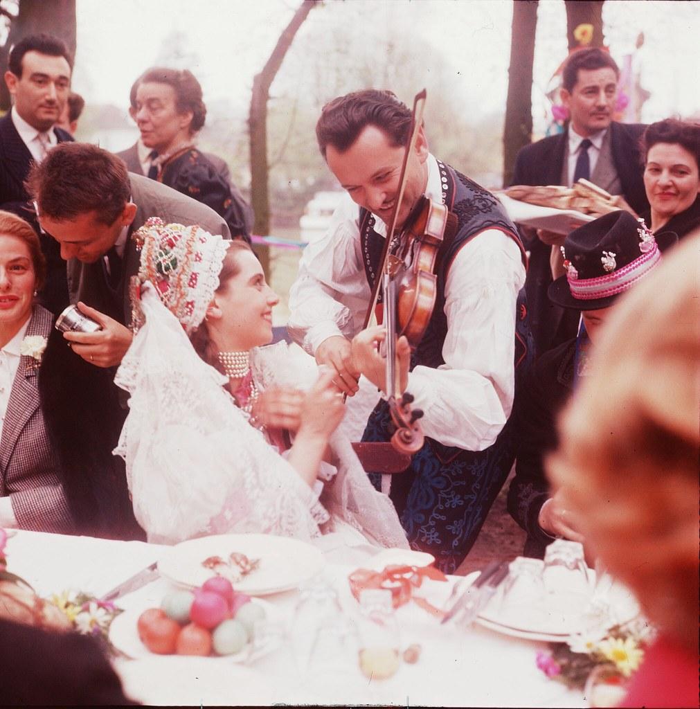 20. Скрипач играет для молодой невесты на свадьбе в Будапеште