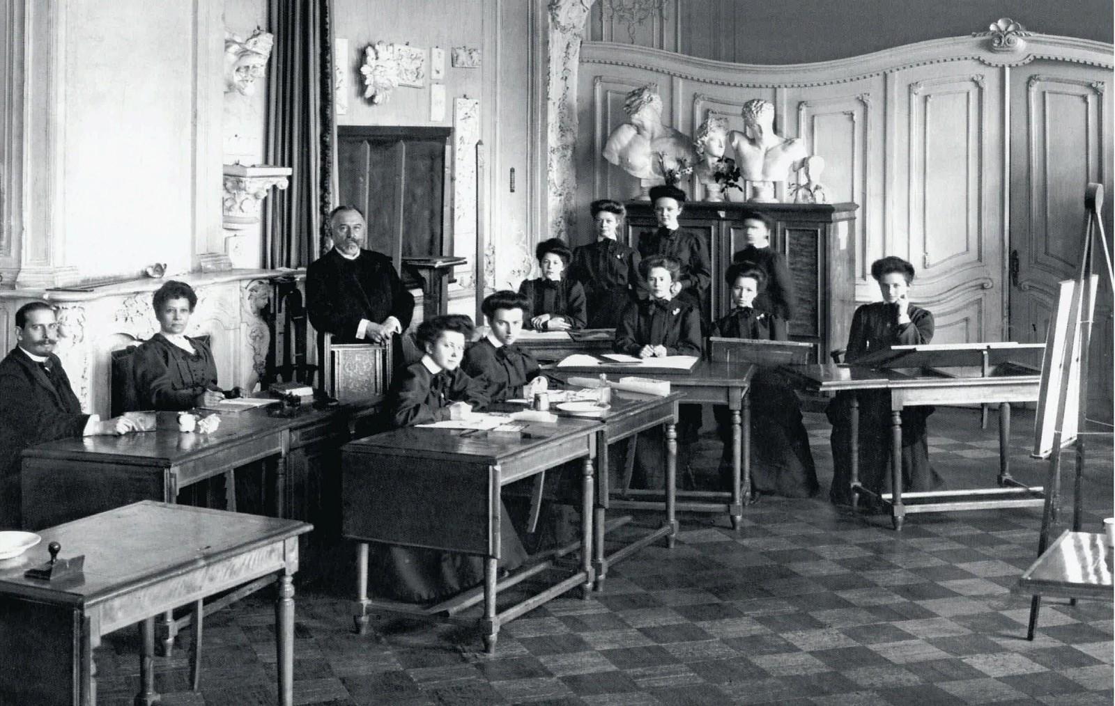 1909. Воспитанницы Ксенинского института на экзамене. 25 сентября
