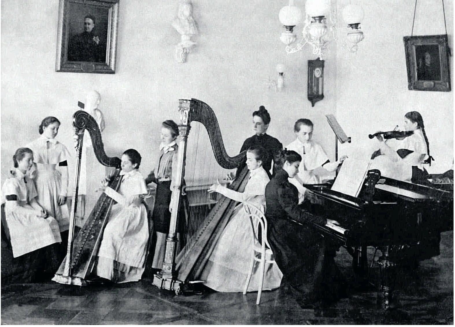 1890-е. Воспитанницы Смольного института на занятиях музыкой