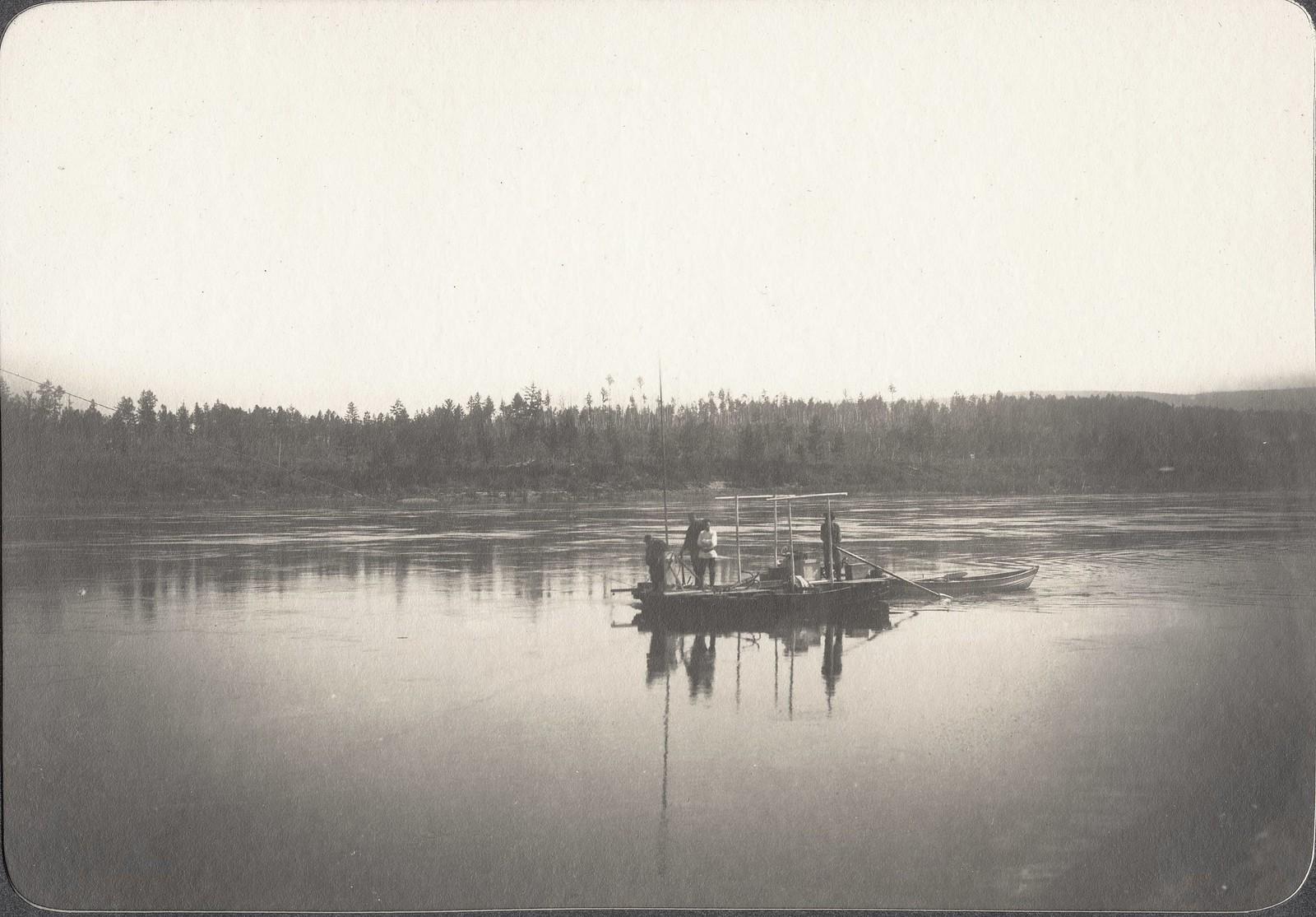 Момент гидрометрических работ с вертушкой на плоту посреди реки
