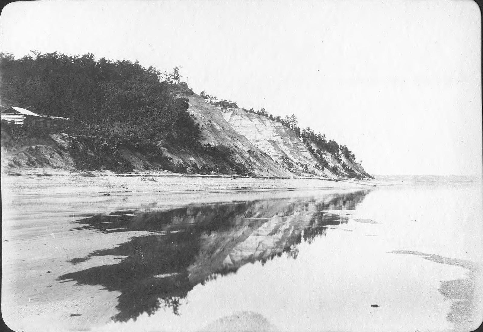 Вид обрывистого правого берега реки Зеи у деревни Голубой.