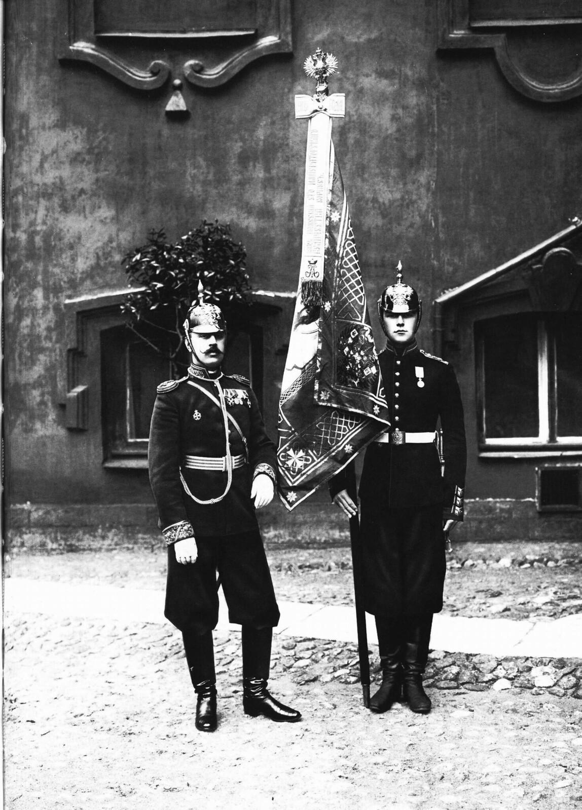 1902. Офицер и паж со знаменем Пажеского корпуса.