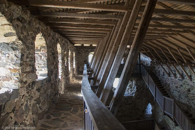Kivikäytävä linnan sisällä