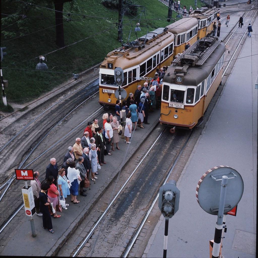 06. Жители Будапешта в очереди к одному из городских трамваев