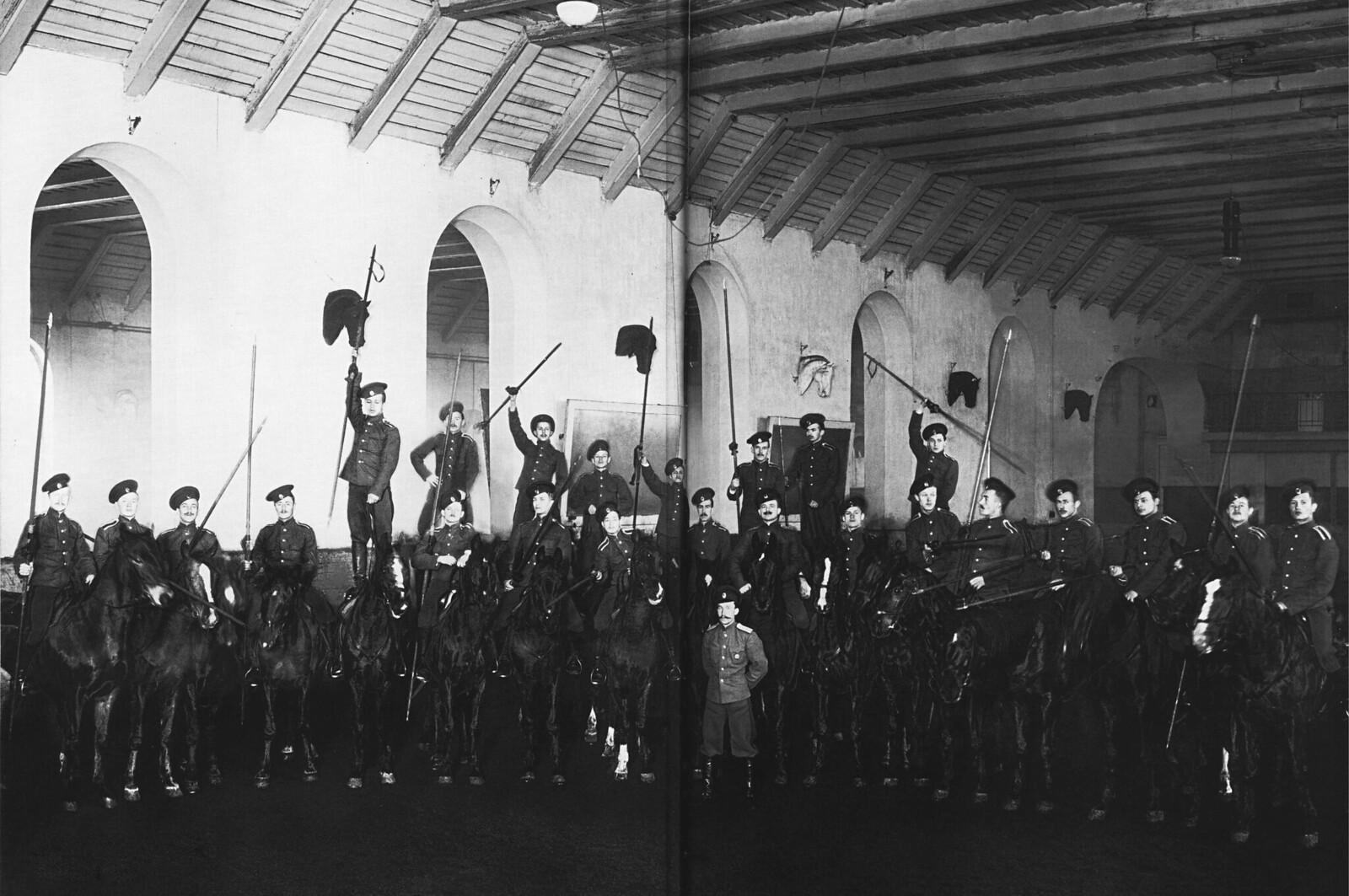 1913. Группа юнкеров казачей сотни Николаевского кавалерийского училища на манеже