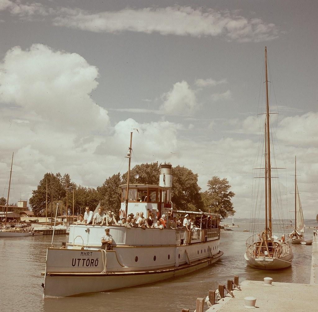 22. Пассажирское судно пришвартовалось после круиза по озеру Балатон