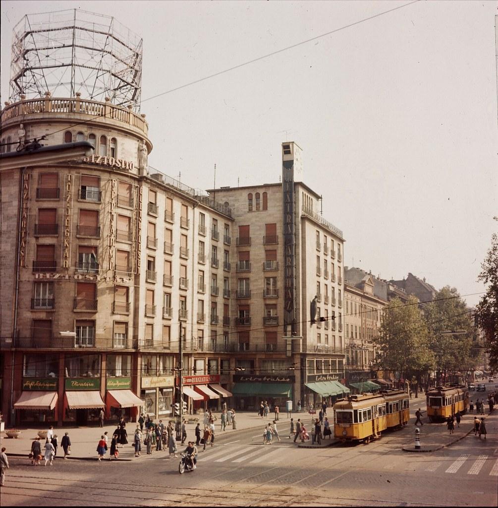 11. Пешеходы на перекрестке улиц в Будапеште