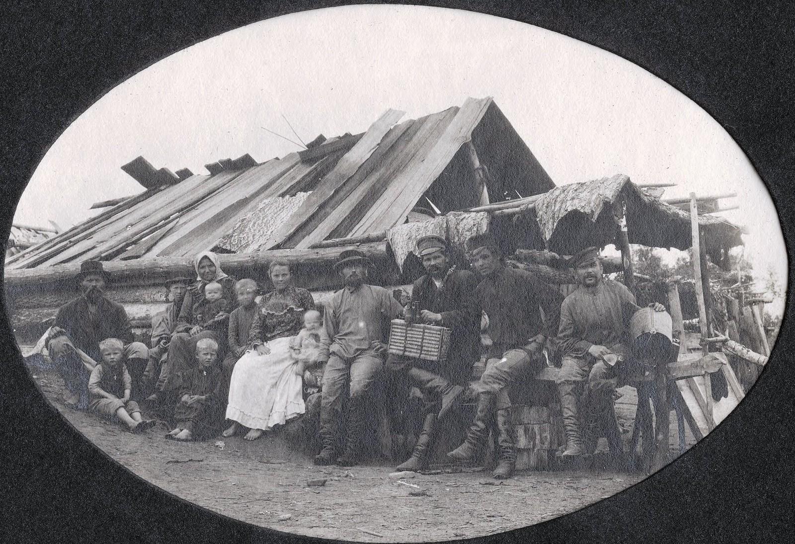 Заимка Куцева. Группа обитателей заимки на фоне барака
