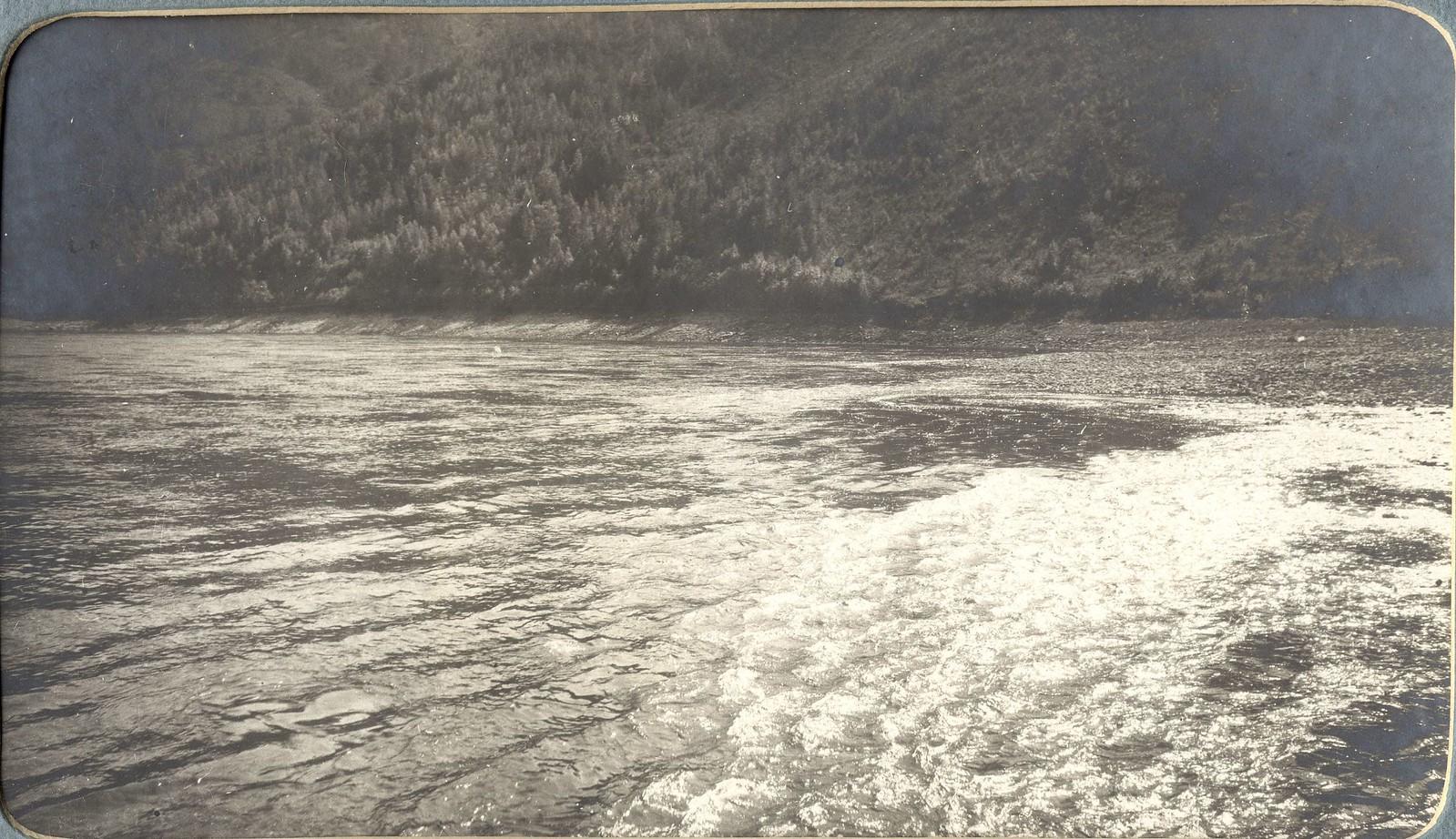 Вид каменной гряды на перекате «Большой Амунджак» на реке Зее