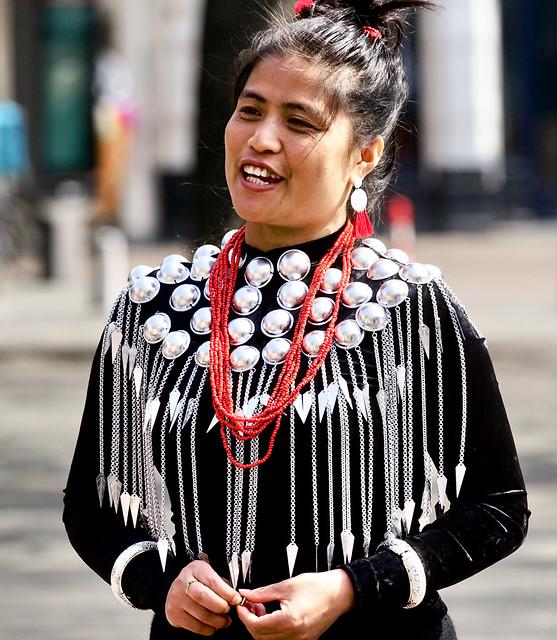 Vrouw met traditionele versieringen