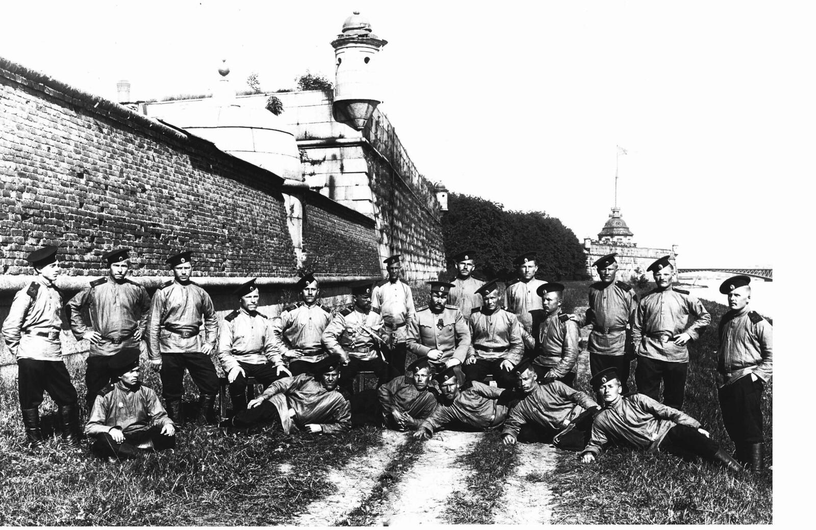 1911. Солдаты и офицер местной команды у Петропавловской крепости