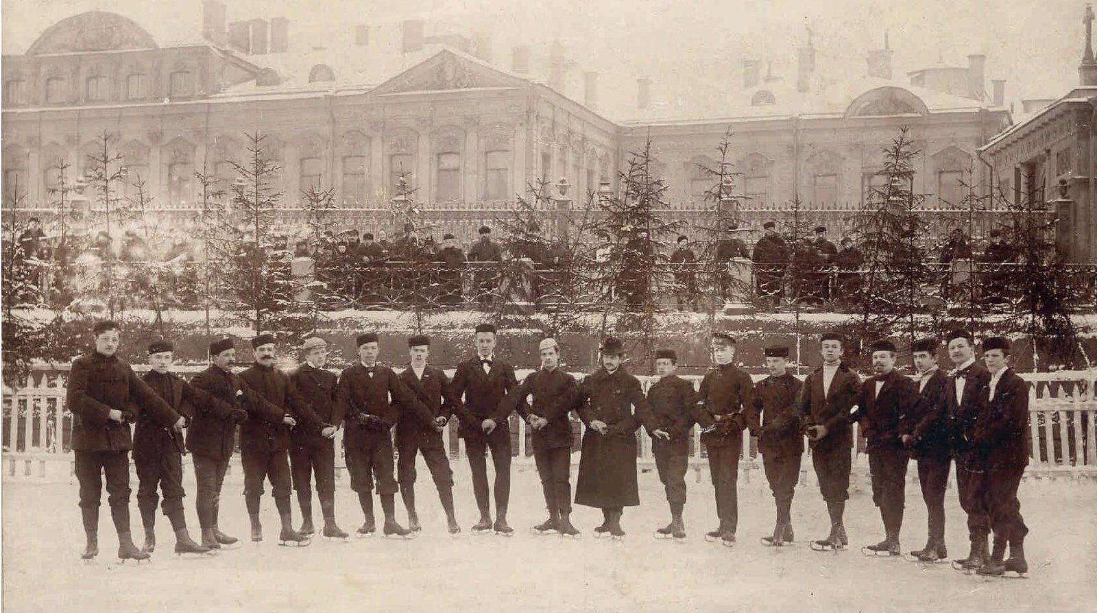 1900-е. Члены общества «Маяк» на катке в Юсуповом саду