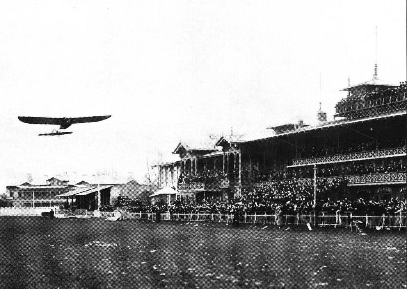 1910. Коломяжский ипподром. Моноплан пролетает вдоль трибун