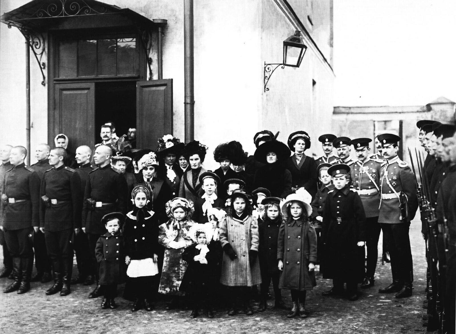 1911. 1-й железнодорожный полк. Солдаты, офицеры и члены их семей.