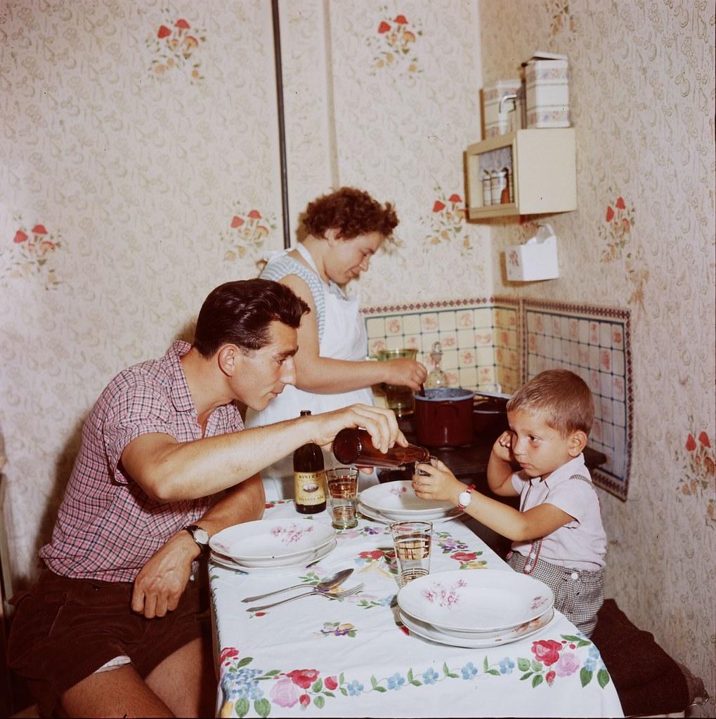 29. Венгерская семья дома во время еды в Дунауйвароше