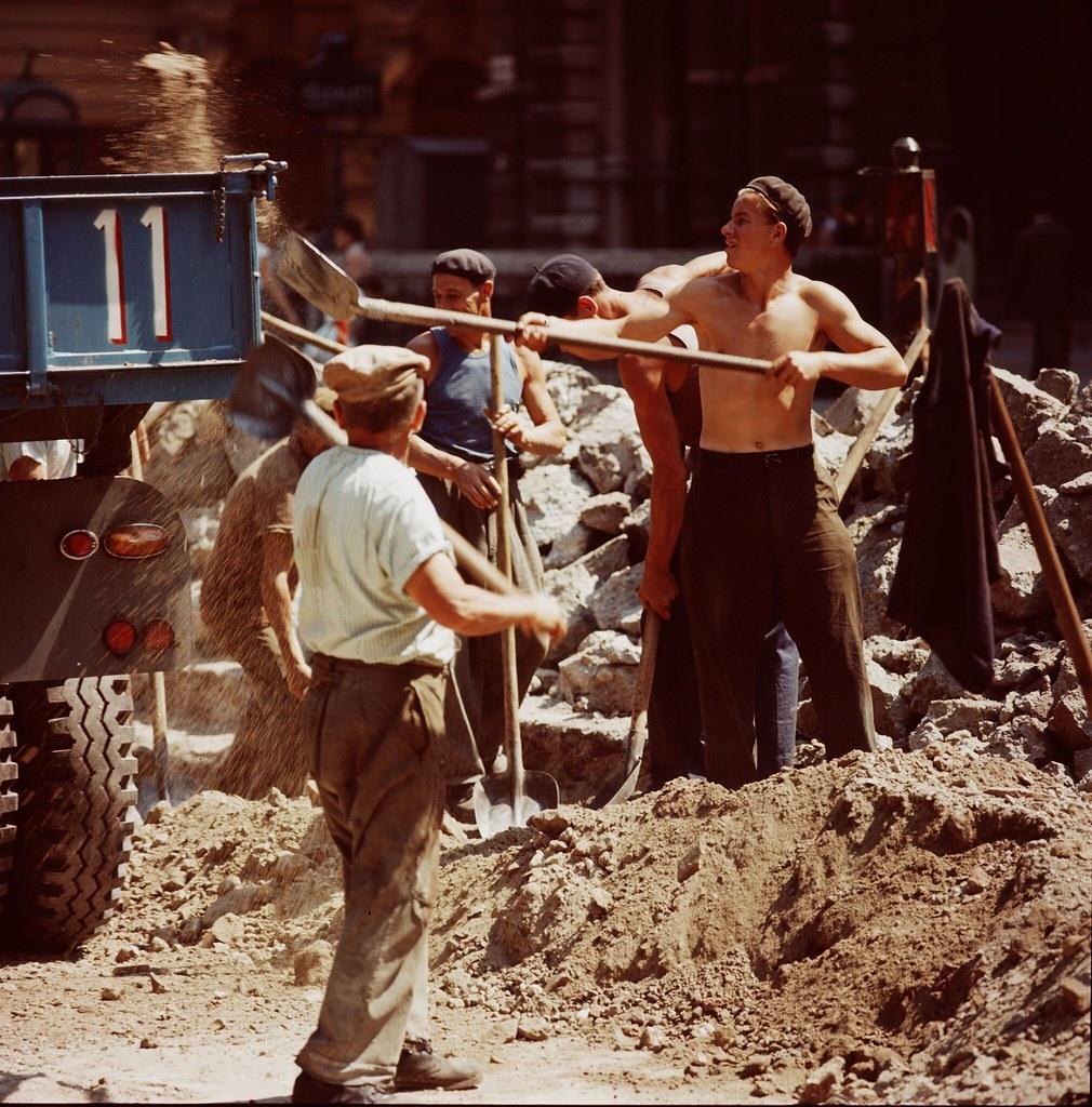 05. Рабочие ремонтируют улицу в Будапеште