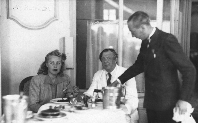 1940. Н.П. Рябушинский с Ирой в парижском ресторане
