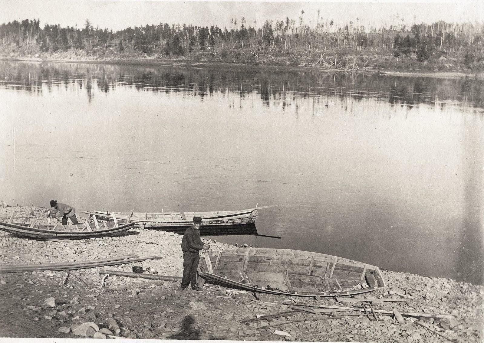 Постройка лодок на берегу реки Инорогды.