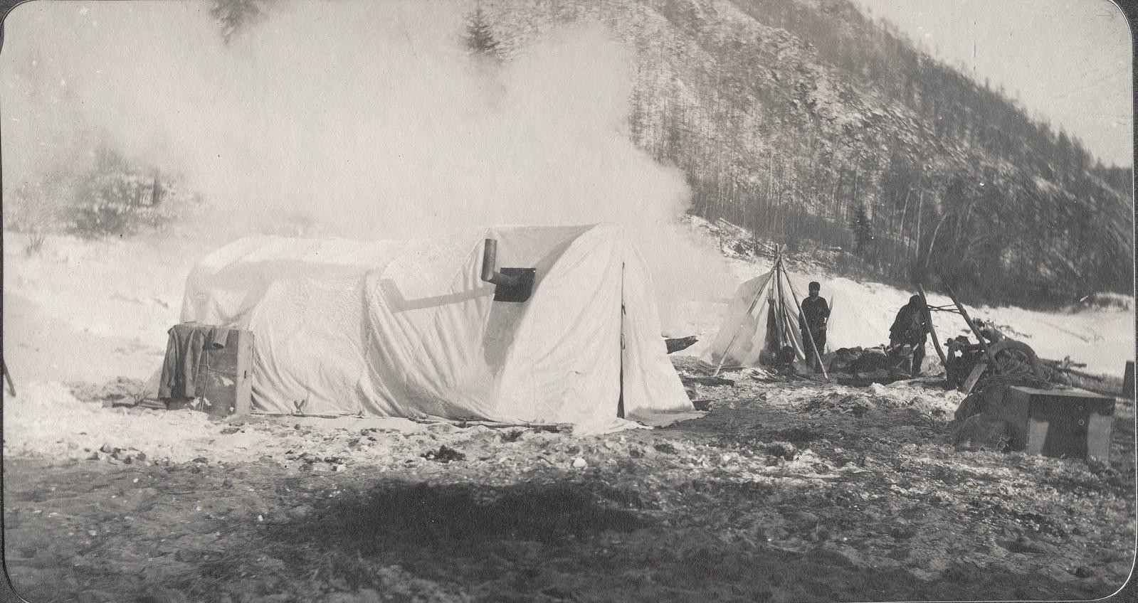 Зимний лагерь изыскатель партии на берегу реки