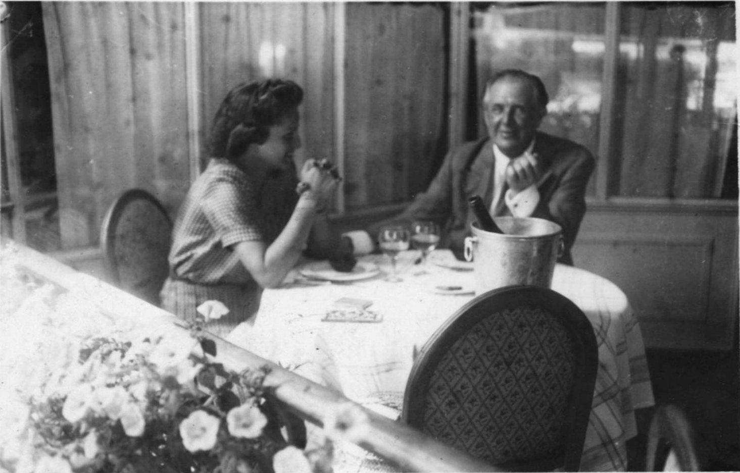 1943. Н.П.Рябушинский с девушкой в ресторане. 28 мая. Париж